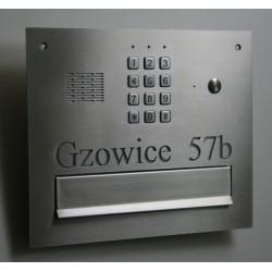 Skrzynka na listy  z napisem z szyfratorem i domofonem