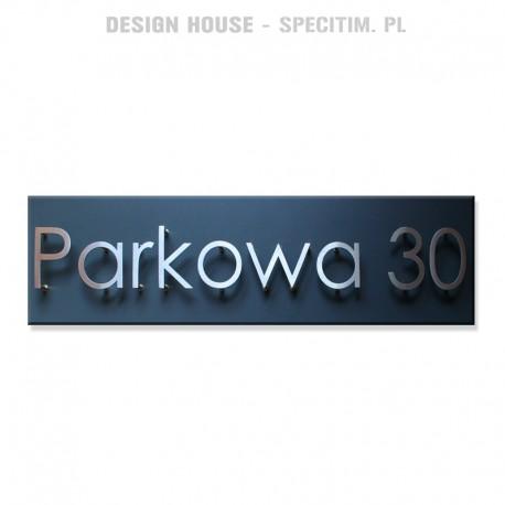 Tablica informacyjna z nazwą ulicy i numerem domu
